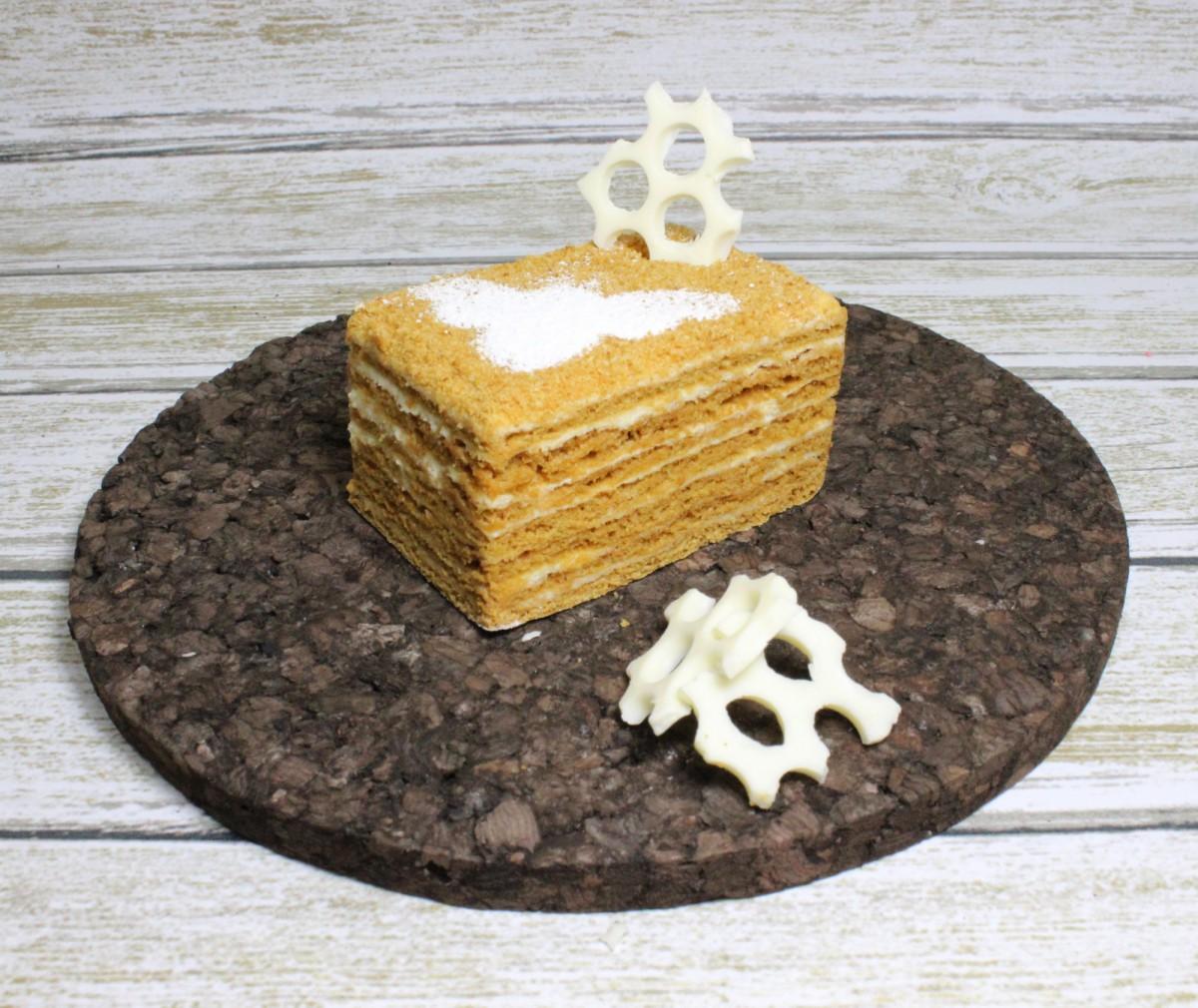 пирожное медовик ручной работы