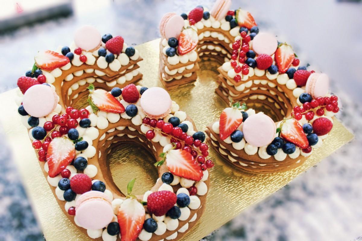 торт в виде цифр с ягодами