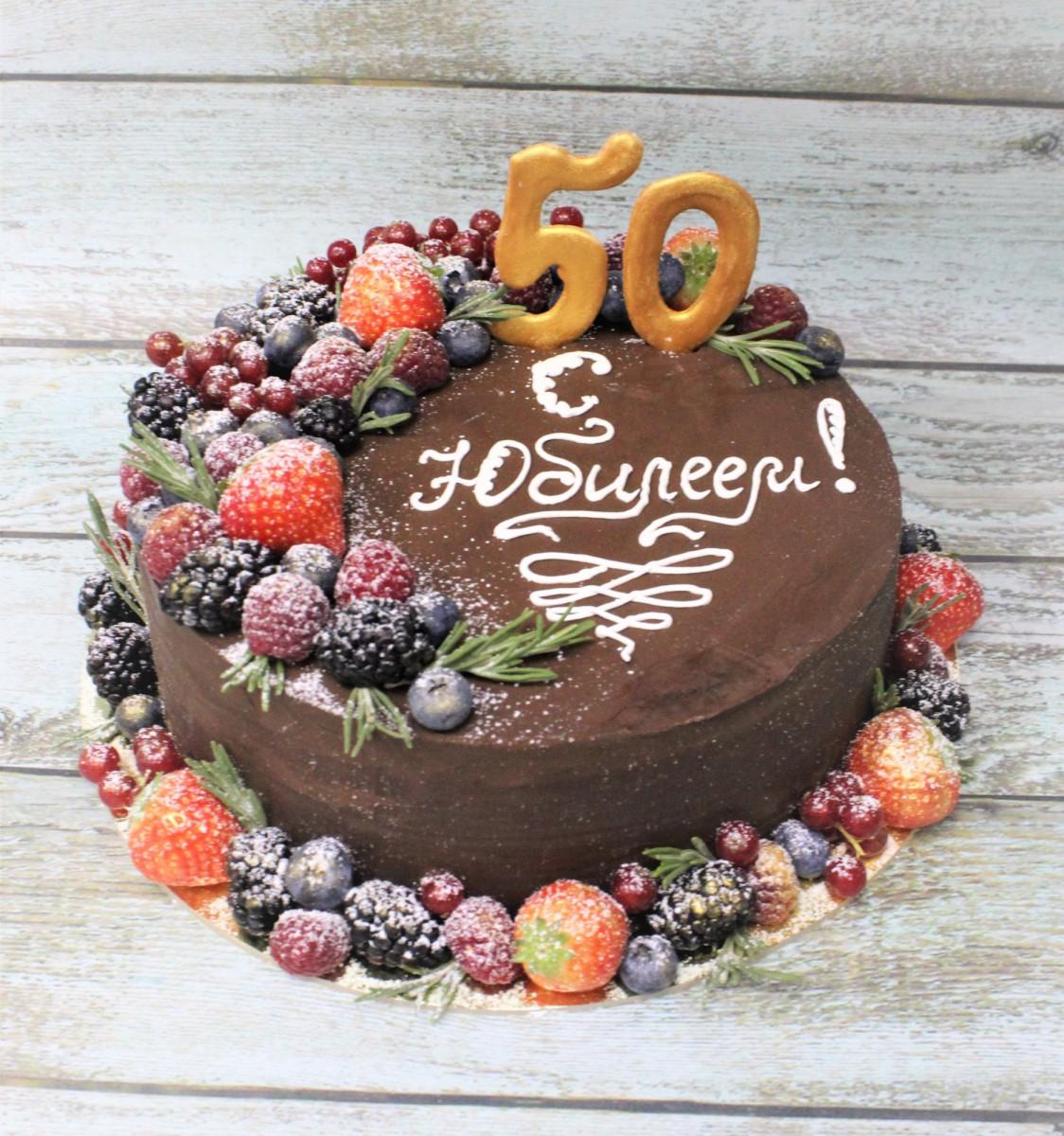 торт с шоколадом и ягодами на юбилей