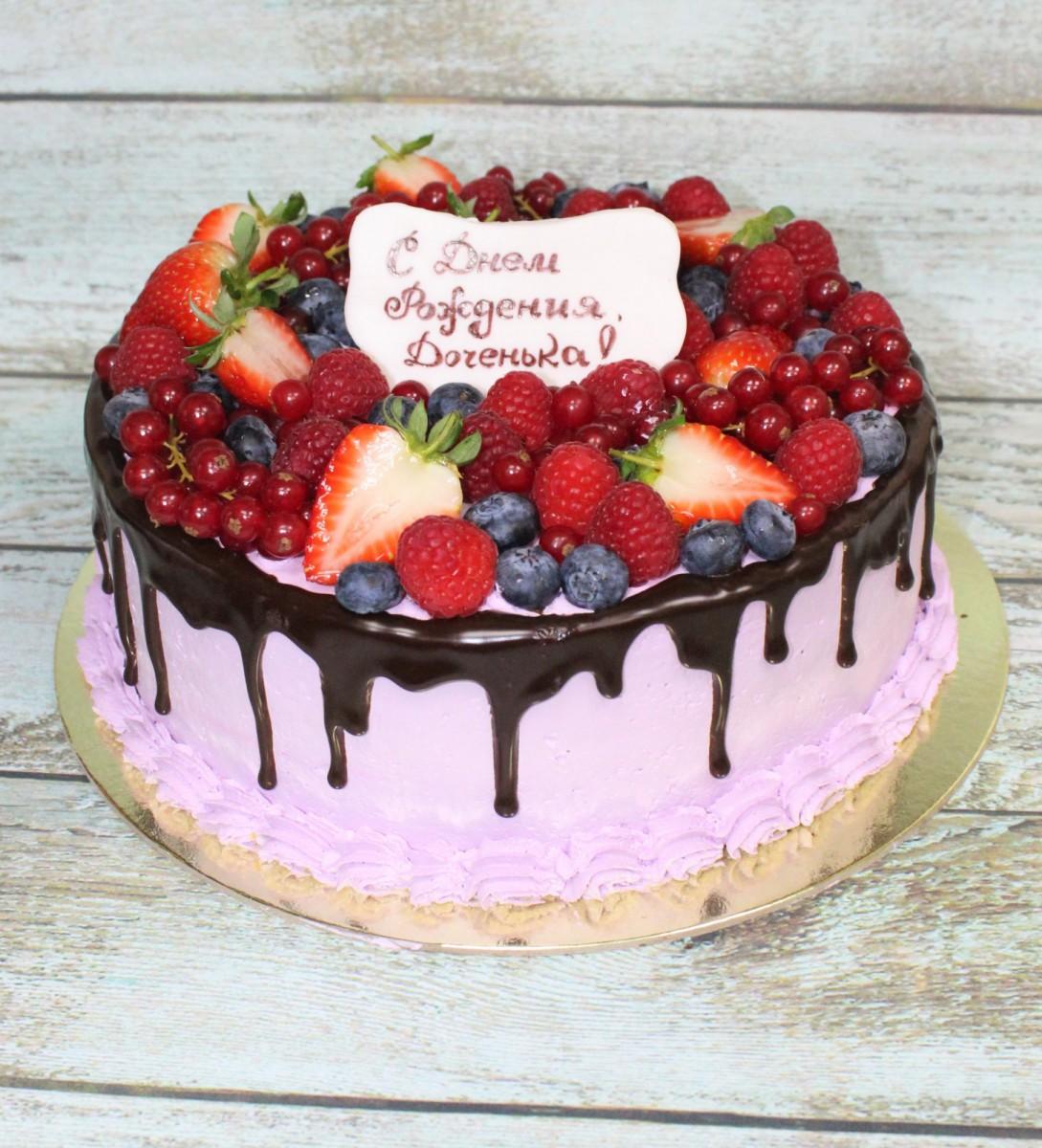 розовый торт с ягодами на день рождения