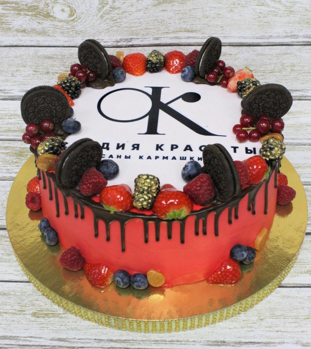 торт с логотипом и ягодами
