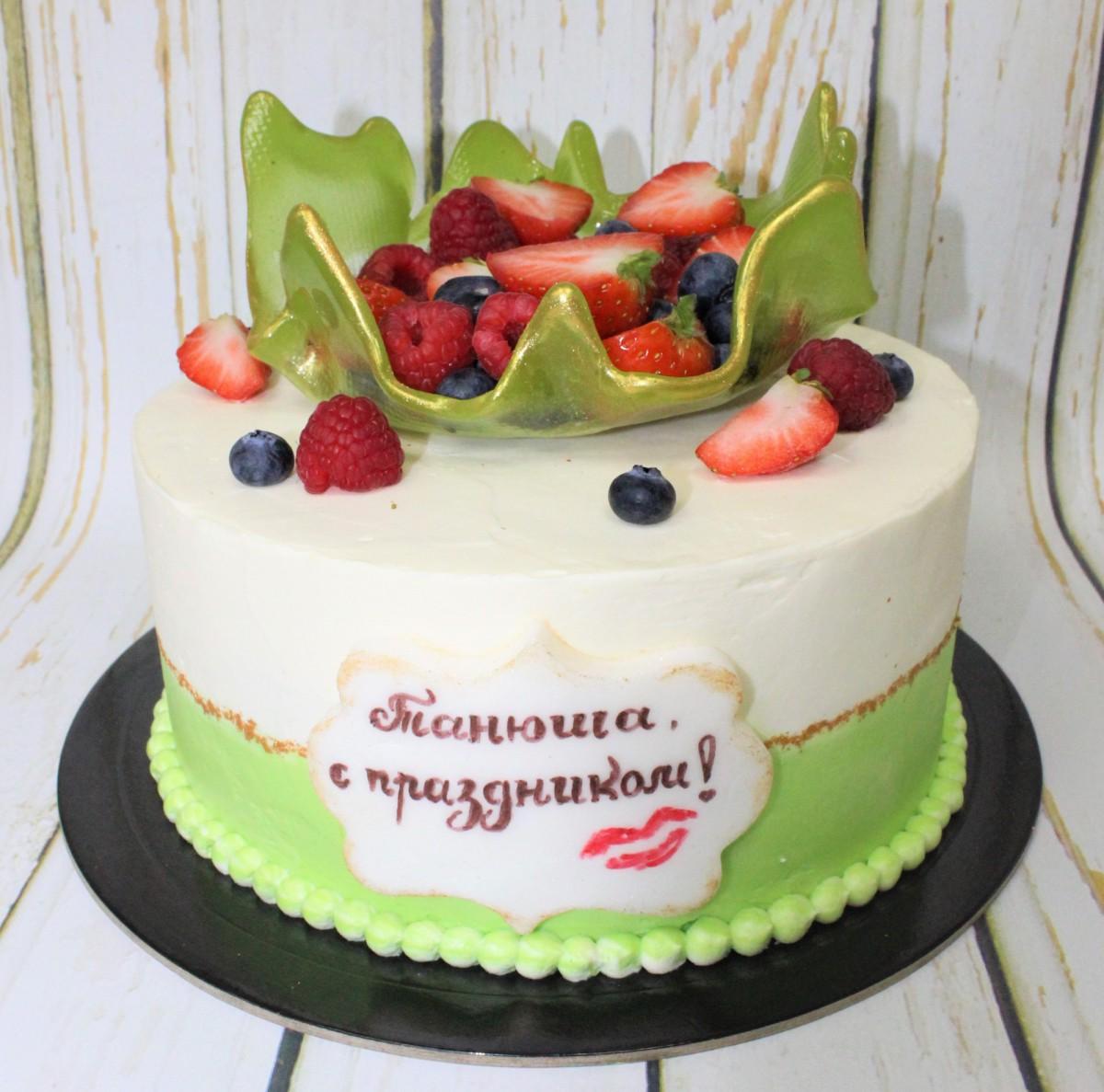 торт со свежими ягодами в чаше