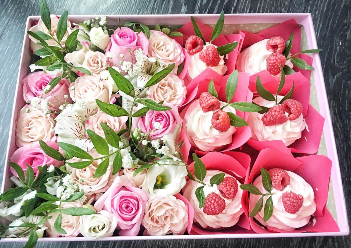 подарок в коробке с цветами