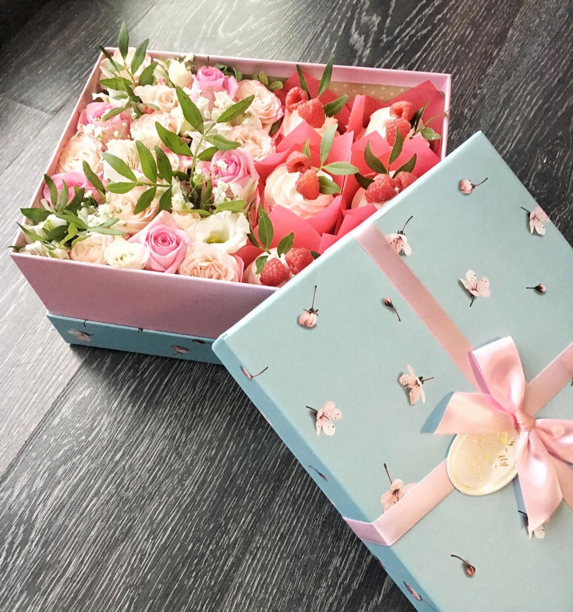 Коробка с цветами и капкейками