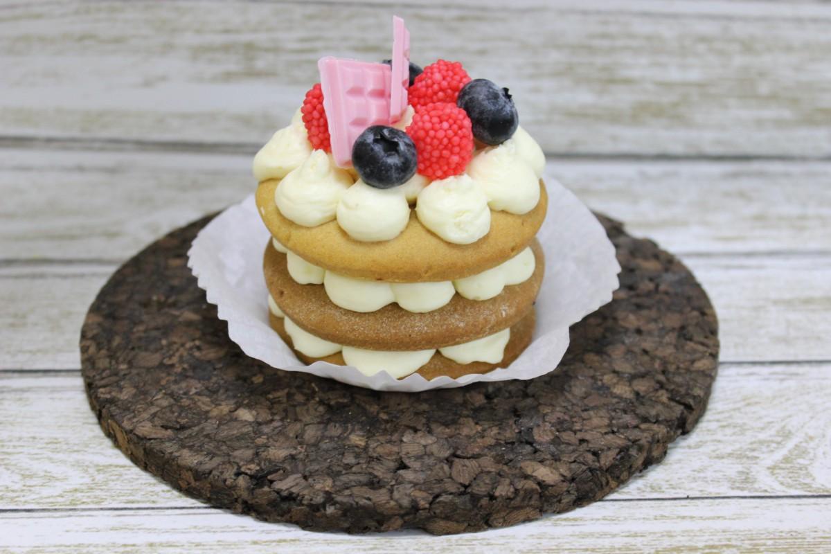 пирожное с медовыми коржами